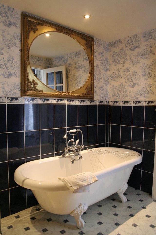 Malcolm Lowry Suite bathroom
